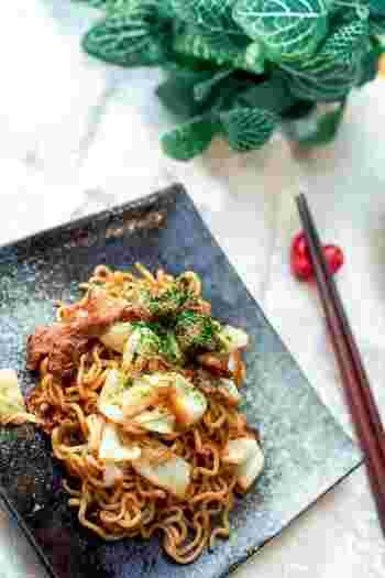 具はキャベツと豚バラ肉のみのシンプルレシピ。麺へしっかり焼き色をつけると美味しさアップ。