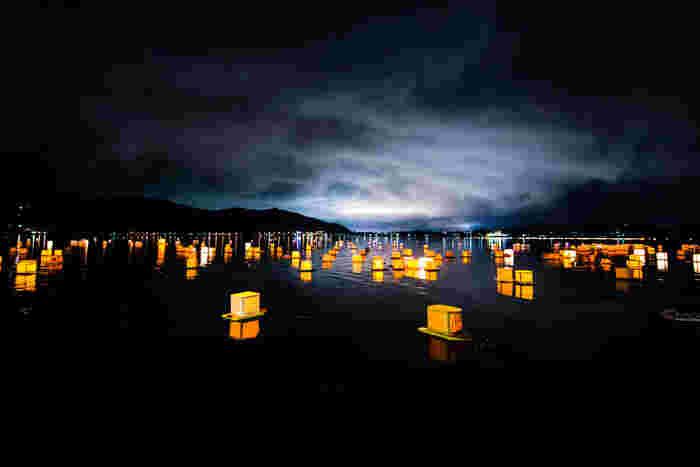 また、お盆の時期には「富士河口湖灯籠流し(ふじかわぐちことうろうながし)」を開催。メッセージを書き込んだ世界で1つの灯籠を浮かべた河口湖は幻想的です。