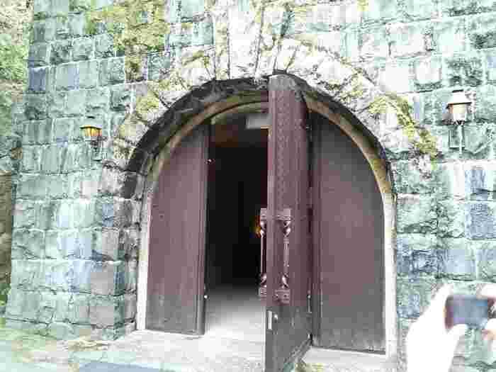 石造りの貯蔵庫。ここは山をくり抜いて作られたそうです。冷房なしの状態で、年間を通じて15度位に保たれているそう。ここで熟成中のワインが眠っているんですね。涼しくて快適で、雰囲気はまるでお城の地下室のようだとか。