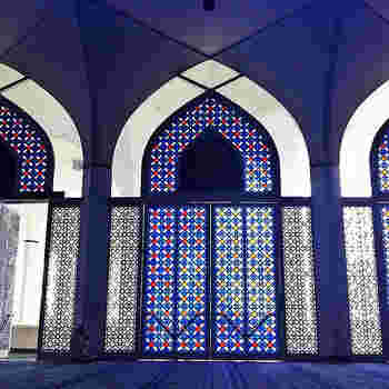 イスラム建築の壁面を煌びやかに彩る、異国情緒たっぷりのイスラム模様!イスラムでは、偶像崇拝がタブーなので、人物や動物を描くことがNGなのです。そこで、イスラム模様の独特のデザインが生み出され、発展を遂げてきたんですね。