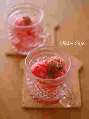 ●簡単シンプルにつくる、完熟トマトのグラニテ  完熟トマトの甘味とほど良い酸味がデザートにぴったり。甘さが足りないときはハチミツやグラニュー糖を加えて調節を。