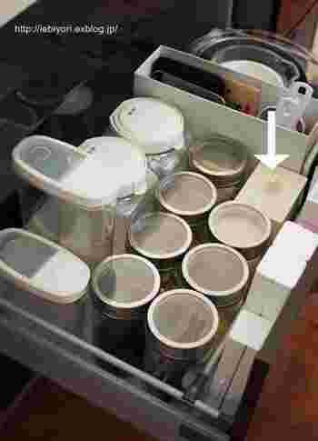 欠けた小さな器やガラス、瓶の蓋など、キッチンで時々出てくる燃やせないゴミ。お料理中にわざわざゴミの処理をするのも手間。そんな燃やせないゴミを入れておくのに便利なのがミニサイズのゴミ箱。こちらはニトリのサニタリーボックスですが、通常のゴミ箱よりずっとコンパクトなので便利です。