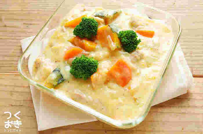 クリームシチューよりもさらっとしたチキンクリーム煮のレシピ。ルーを使わず、牛乳とコンソメで仕上げるので野菜の旨みも味わえます。鶏もも肉も柔らかく、小さなお子さんにも好まれる味です。作った当日はバゲットと一緒にそのままいただき、翌日は温かいごはんにクリーム煮をかけてドリアにするなど、アレンジしやすいのがうれしいですね!