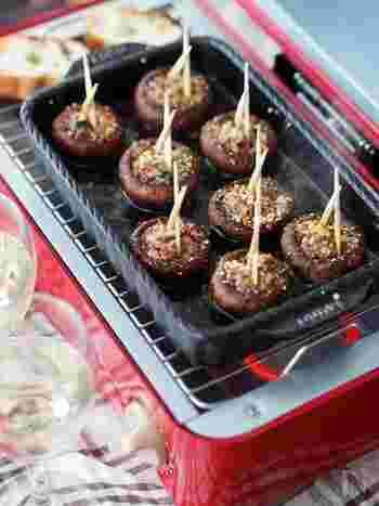 マッシュルームに詰め物をして焼くタパスは、スペイン・セゴビアが発祥といわれる名物。本来はイベリコ豚の生ハムなどを使うようですが、ベーコンなどで十分!肉のうまみをブラウンマッシュルームが吸って、こたえられないおいしさ。トースターでも簡単にできます。
