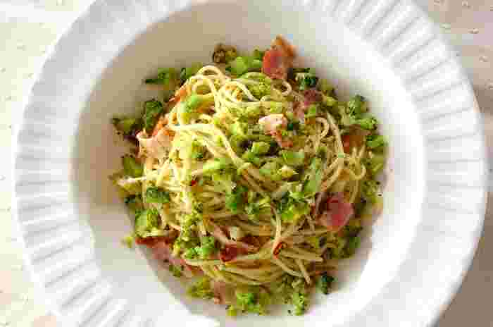 刻んだブロッコリーをたっぷり入れて、緑のソースに仕上がったペペロンチーノのレシピ。ブロッコリーをみじん切りにすることでパスタにもしっかりと絡みます。スパゲッティの代わりにマカロニなどで作ると、取り分けも簡単でおつまみらしくなりそうですね。