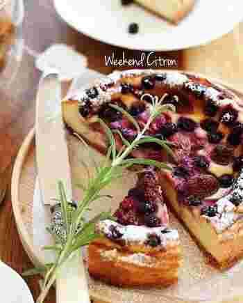 クリームチーズ×ベリーの相性は抜群!甘酸っぱく爽やかな味わいで、色味も綺麗です。冷凍のミックスベリーをのせるだけなので簡単ですね。