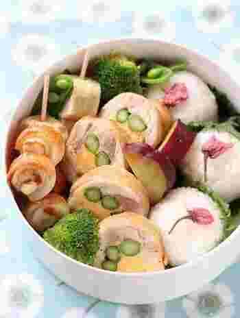 巻物にアスパラを入れると、綺麗な緑色が映えて華やかになるのでおすすめです。シャキッとした食感も加わって食べごたえも十分です。