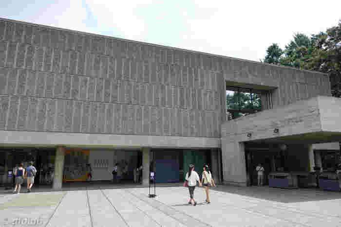 上野駅からすぐ近くの「国立西洋美術館」。西洋絵画やフランス近代彫刻を常設しているほか、大きな企画展を年に3回行っています。金曜日のみ20時まで開館していて、重厚な雰囲気の「夜の美術館」を楽しめるのも嬉しいところです。