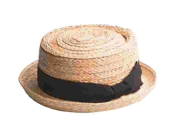 かつて麦わらの一大生産地だった岡山県西部。老舗の手仕事を感じられる麦わら帽子があれば、毎年夏が楽しみになりそう。ベーシックなフォルムの中に、オシャレ感が光ります。サイズ調節機能付き。  襟立製帽所 ラフィアカンカン帽 \12,000