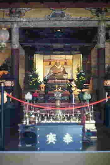 「御霊殿(安井堂)」の厨子の中には、後水尾天皇の等身大の僧形を奉安しています。