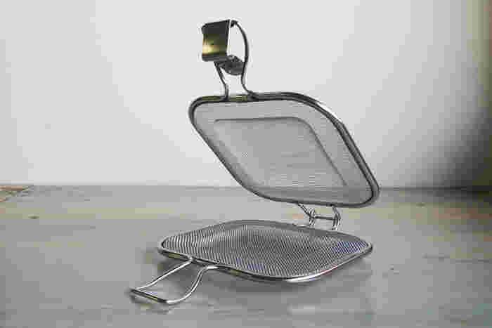 こちらは、メッシュタイプのホットサンド器具。焼く時はコンロ上ではなく、オーブントースターや魚焼き用グリルに入れて。とってもコンパクトなので、台所で邪魔にならないのもうれしい。コンロが塞がっていても別の調理器具の力を借りて、食事を準備できるのもメリットです。