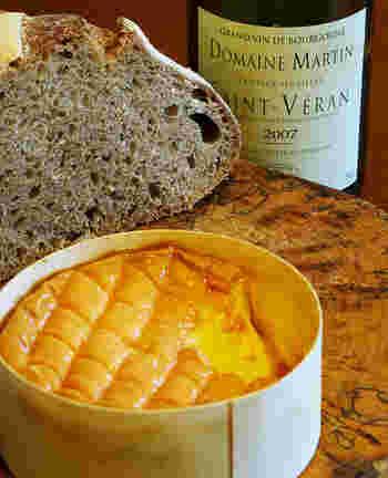 ウォッシュタイプチーズの代表格のエポワス。フランス・ブルゴーニュ地方のエポワス村が名前の由来です。マール酒によって何度も洗い熟成しているため、表面は美しいオレンジ色です。内側にはクリーム色のとろりとしたやわらかな中身が詰まっています。