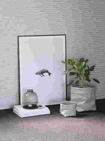 クジラのシンプルなポスターが目を引くディスプレイ。さりげなさの中にも洗練された美しさがあります。お部屋の壁紙や床との相性も良いですね。
