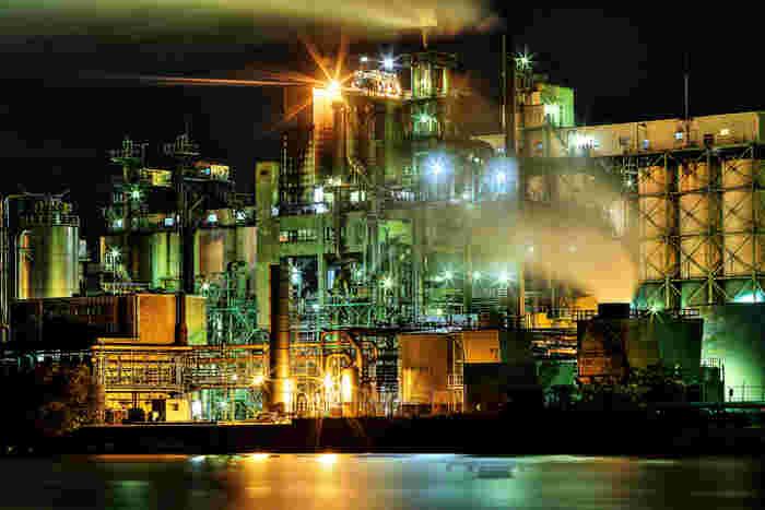 近年では、バス、クルーズ船などを使った「工場夜景群鑑賞ツアー」がたくさん開催されており、気軽に北九州市の工場夜景見物を楽しむことができます。