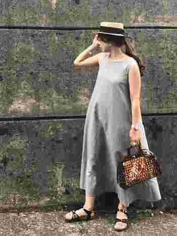 シンプルなドレスのようなロングワンピに幅広リボンのハットを合わせたら、避暑地のお嬢様風に仕上がりました。帽子ひとつで、全体の印象が大きく変わります。