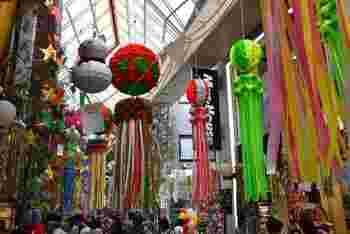 阿佐ヶ谷では、昔から街を上げてのお祭りが盛んで、今も廃れることなく毎年大盛況なんです。  「阿佐谷七夕まつり」は、昭和29年から続く街のお祭り。出店数は約100店以上と賑やかで、アーケードの中には、それぞれのお店や近隣の学生が作成した大きくて豪華なハリボテが飾られます。その他、期間限定の露店や独自のセール企画、フラダンスなどの催し物が行われる夏の風物詩です。  秋には、さまざまなジャズのステージをはしごできるジャズフェスティバルの「阿佐谷ジャズストリート」なども開催されます。