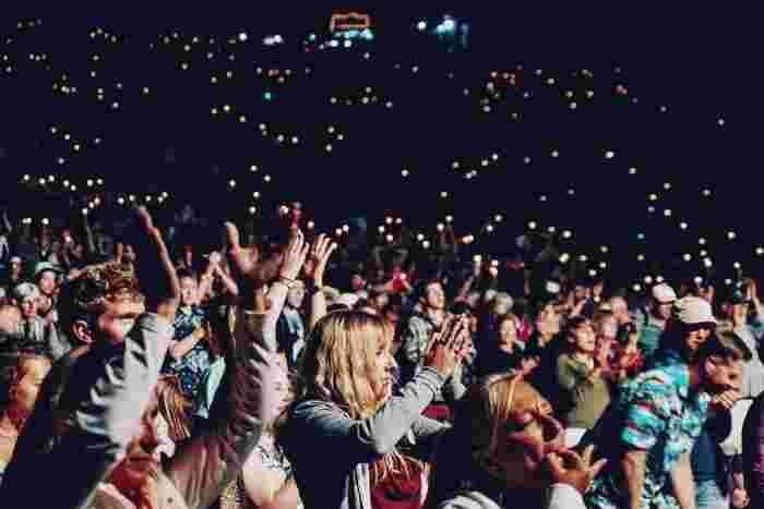 現地の言葉や英語に自信がない方には、フェスなど音楽イベントへの参加がおすすめですよ。音楽は言葉の壁を超えて、世界共通で楽しめるもの。同じ趣味のお友達と盛り上がることができます。