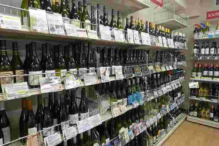 2階はリカー売り場。質の良い商品の品ぞろえでワイン売り場はいつも賑わっています。自分の好みの味を知っておくと、ホームパーティーの手土産選びにも困りません。リニューアルしてビールの品数が増えたそう。都内でも屈指のリカー売り場となりました。
