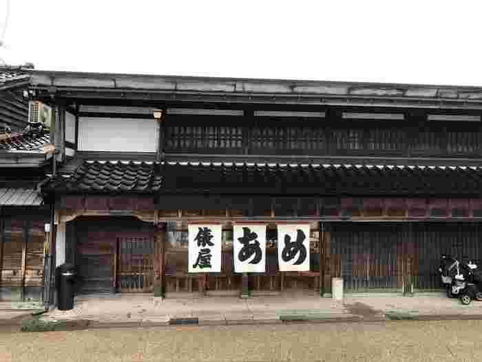 天保元年(1830年)創業の【あめの俵屋】は、金沢で一番古い飴屋さんです。金沢駅にも店舗がありますが、本店は金沢市指定保存建造物になっている貴重な建物。わざわざ足を運ぶ価値のある、どっしりとした店構えが魅力です。
