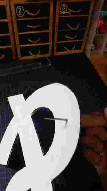 文字がカットできたらライトを通すための穴をあけて行きます。キリなどを使って等間隔に開けましょう。