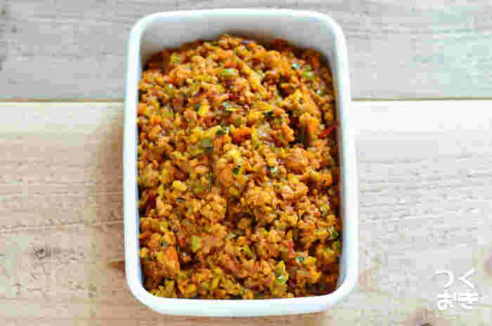 野菜がいっぱいの栄養バランスのいいドライカレー。保存袋に平らに入れ、空気を抜いて冷凍庫へ。レンジ解凍でもいいですが、フライパンでもう一度軽く炒めるとよりおいしいそうです。