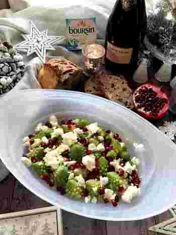 ロマネスコをゆでたら、水にさらさずに熱いうちに味を付けます。そして、チーズなどと合わせてできあがり。簡単ですがおしゃれな上質マリネサラダです。