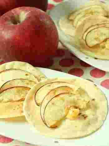 餃子の皮がピザ生地代わり。薄く切ったリンゴとクリームチーズ等を乗せて焼くだけだからお子様と一緒に作っても楽しいですね。