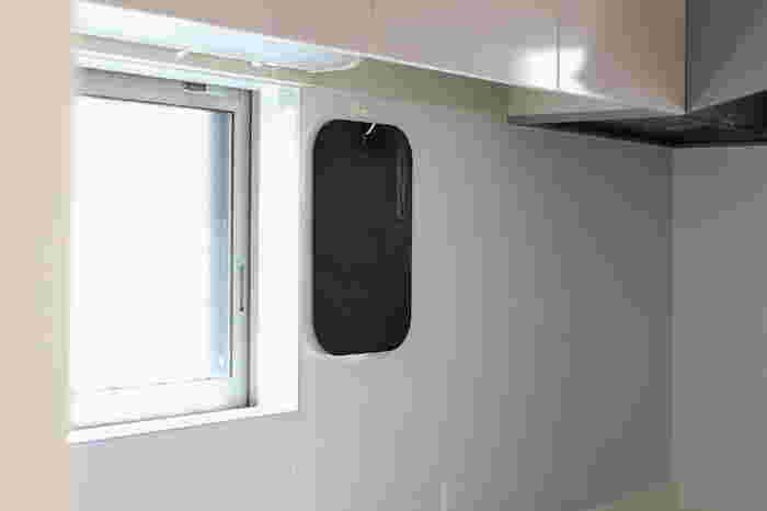 まな板も引っ掛け収納にすると、調理台が広々と使えてキッチンがより快適な空間に。まな板の重みでフックが取れてしまわないように、まな板の重さに合う耐荷重のフックを選ぶことが大事なポイントです。壁面を活用して引っ掛け収納にしておくと、お料理の時はもちろんのこと、キッチン台をお掃除する時も楽ちんです。