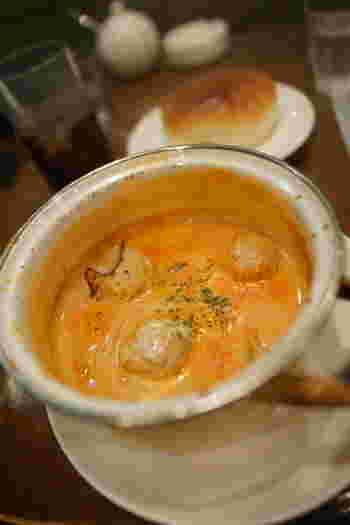 すすきのと大通の間にあるアーケード街・狸小路の5丁目そばで30年以上営業している老舗カフェ「ZAZI」。冬の人気メニューが、ホウロウ鍋で一人分ずつ煮込む、アツアツの「シチュウ」です。
