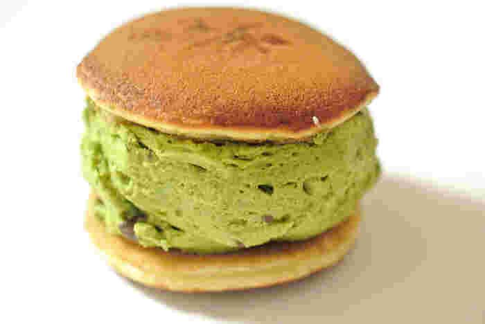 午前中には売り切れてしまうほど人気の生銅鑼焼。たっぷりクリームが挟まれたインパクトのあるビジュアル!しかし、脂肪分が少ないクリームなので、意外にもあっさり頂けます。