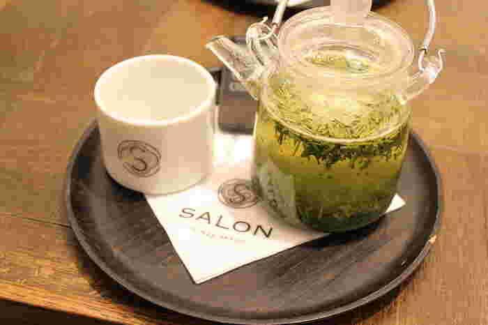 もちろんお茶にも定評があります。茶葉によってはガラスのティーポットでサーブしてくれることも。お茶を淹れる間も楽しめそうですね。