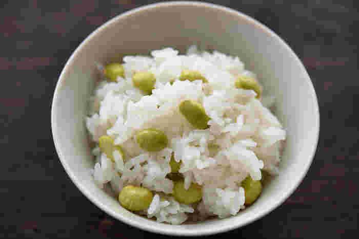 さやから出した枝豆を、はじめから一緒に炊き込むのが一番美味しいのだとか。ふっくらしたご飯と一緒に召し上がれ。