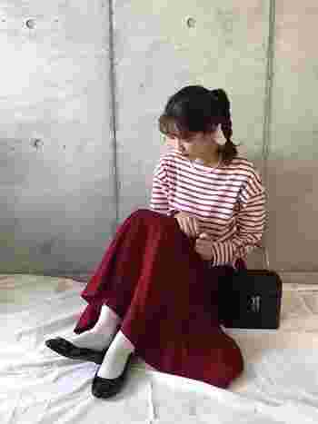 パールのネックレス×ボーダーTは、真似してみたい組み合わせのひとつ。フレアースカートと革のハンドバッグで、映画のヒロインのようなコーデに。