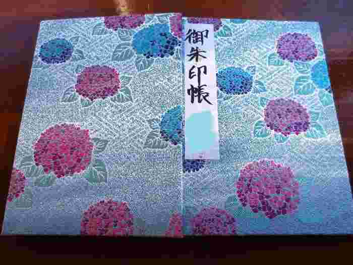 高尾山薬王院の御朱印帳。紫陽花の花々が美しい刺繍でデザインされています。