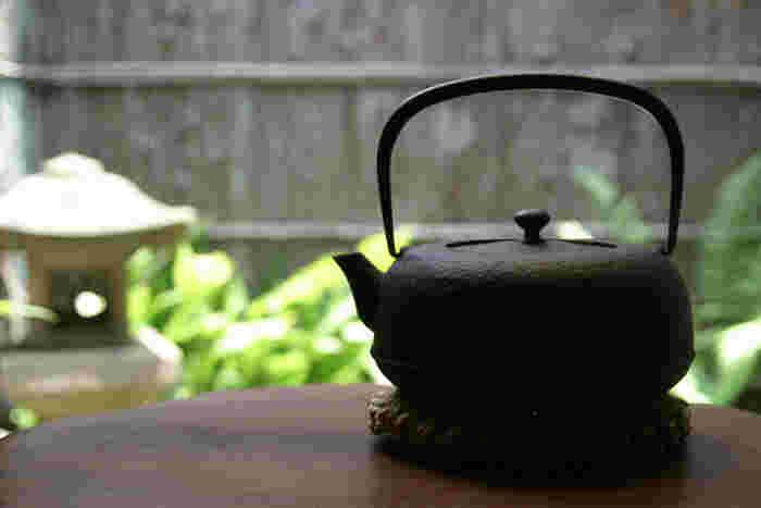 現代風にアレンジされたモダンなデザインでありながらも、伝統的な茶器の形を継承した粋な南部鉄瓶の逸品です。凛とした佇まいがクールな印象ですね。