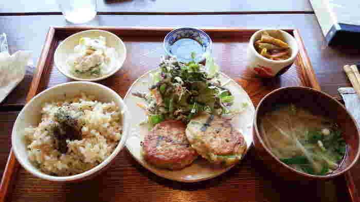 こちらは、日替わり玄米ご飯。惣菜二品、メイン、玄米ご飯、お味噌汁が付いて750円と、お財布にも優しくリーズナブル。野菜もたっぷりで、心が癒される美味しさ…。 季節のチーズケーキやシフォンケーキなどのスイーツもあるので、ティータイムに訪れてもいいですね! 手作りにこだわった美味しいお料理は、どれも美味しいと評判です。