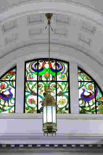国立科学博物館は「日本館」と「地球館」の2つに分かれています。こちらは日本館の階段にあるステンドグラス。2007年にリニューアルしましたが、元々は1931年に建設。ルネッサンス様式の内装も見どころのひとつ。