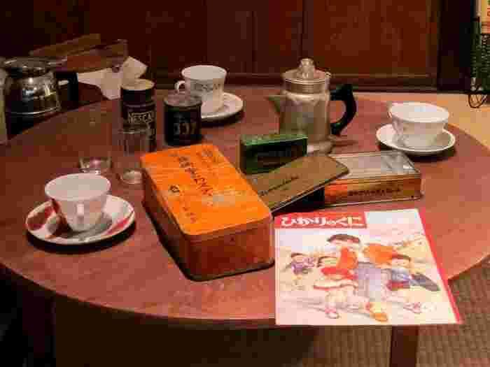 北名古屋市にある「昭和日常博物館」。電化製品の普及が進みつつあった昭和の日常が鮮やかに再現されています。昭和の食卓でおなじみのちゃぶ台の上には数々の昭和を感じさせる品物が。「ひかりのくに」は当時の保育園・幼稚園児向け雑誌です。