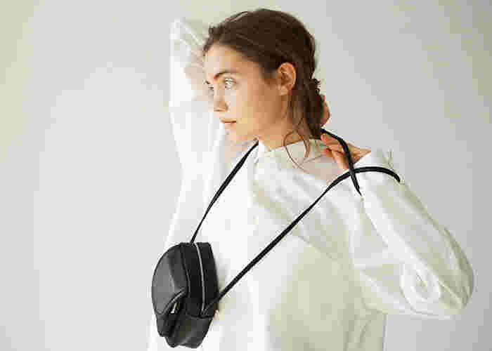 持っているだけで、ちょっぴり大人の装いになる革のバッグ。この記事では、使い込むほどに愛着の増すおすすめの革バッグと、革バッグを使ったコーデをご紹介していきます。