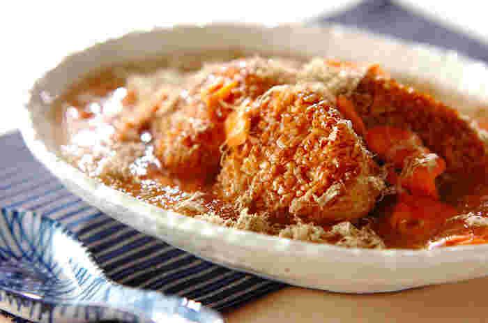 市販の焼きおにぎりを使ったお手軽レシピ。鮭も手間をかけず、電子レンジで加熱してほぐしたものを使用。この鮭をなべにいれて、あんを作ります。仕上げにとろろ昆布をのせて♪
