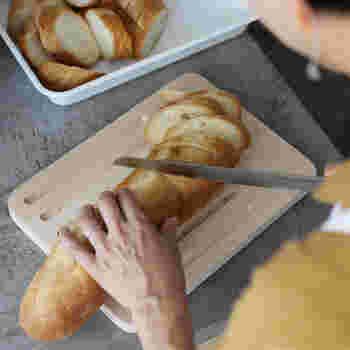 こちらはパン用のカッティングボード。整然と並んだ美しい溝が、パンの切りくずをしっかりキャッチしてくれるのが特徴です。右側には溝のない余白部分もあるので、ジャムの瓶を乗せてそのまま食卓に出したり、ハムやチーズのカットに使っても◎