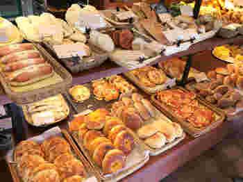 ハード系パン、惣菜パン、おやつにぴったりの甘いパン、食パン、ベーグルなどがお手頃価格で並んでいます。