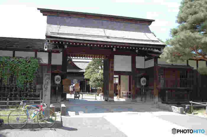 高山陣屋は、もともと、高山藩主であった金森氏が所有していた屋敷でした。やがて、17世紀末に飛騨の国が江戸幕府の天領となり、高山陣屋は幕府が飛騨地方を管理するために派遣していた代官が住む代官所として使用されるようになりました。高山陣屋は、江戸時代の陣屋として日本で現存している唯一のもので、国の史跡に指定されています。