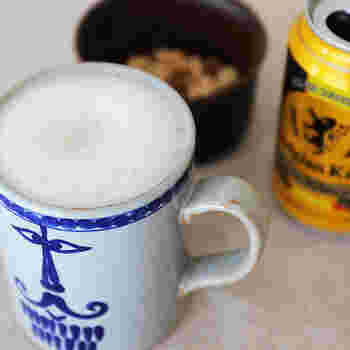 「リサ・ラーソン(Lisa Larson)」のマグカップです。元々、アトリエでペンホルダーとして使ってシンプルなマグカップに、リサが手描きで男女のモチーフを描いていたのだそう。それを波佐見焼のメーカー・西山陶器で製品したのが、こちらの「pappa(パパ)」というカップです。描かれたパパの顔がとってもチャーミング。パパでも満足する400ml以上の容量が嬉しい♪