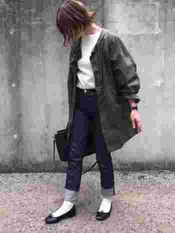 少し肌寒い日や、春と秋のブリッジシーズンには、「ロールアップ×靴下」の大人可愛いコーディネートがおすすめです。バレエシューズやパンプスを合わせることで、女性らしくて上品なスタイルに。靴下のカラーを変えるだけでも印象がガラッと変わり、様々な雰囲気を演出できます。