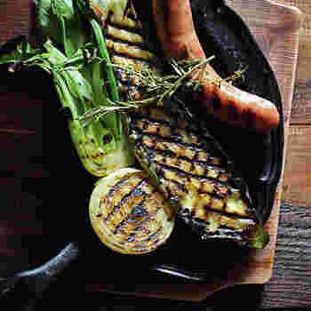 この波状の突起が素材から出た余分な油を溝に流し、素材そのもののうま味を閉じ込め、ジューシーにふっくらと仕上げてくれるんです。肉、魚、野菜など、幅広く使えるのも魅力です。