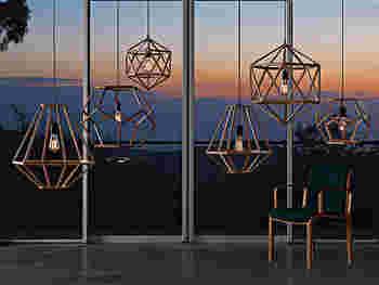 オブジェが宙に浮いているかのような、木製のシェード。オープンタイプなので光がぼんやりと広がり、暗いお部屋にじんわりと馴染んでくれます。