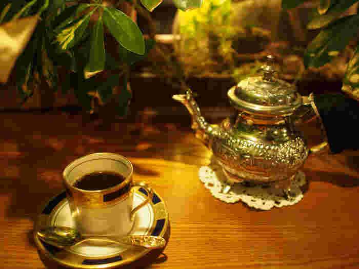 コーヒーや紅茶のほとんどがポットサービス。美しいうつわに優雅な気持ちになりながら、本の世界を堪能してくださいね。