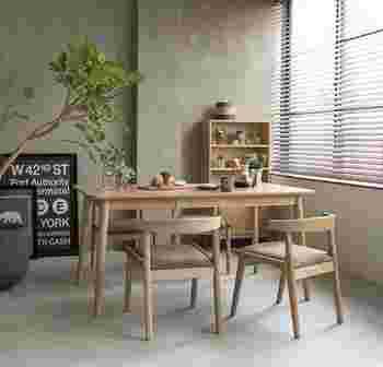 ナチュラル系のダイニングテーブルにブラウンカラーの椅子を組み合わせると、ナチュラルな空気感を保ちつつ、深みを持たせることができます。