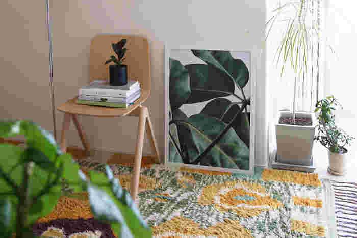 お部屋が狭くてあまり植物が置けない…という場合は、葉脈のリアルな表情が美しいポスターを飾って。生き生きとした生命力を感じられます。